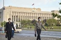 平壌の万寿台議事堂前を歩く市民=9月