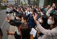 衆院選が公示され、街頭演説に集まった有権者ら=19日午前、大阪市