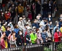 衆院選が公示され、街頭演説に集まった有権者ら=19日午前、大阪・梅田(画像の一部を加工しています)