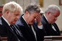 18日、英ロンドンの教会で開かれたエイメス議員の追悼式に参列したジョンソン首相(手前)ら(ロイター=共同)