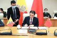 ブータンとのオンライン会合で覚書に署名する中国の呉江浩外務次官補=14日、北京(中国外務省のホームページより、共同)