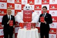 「ミシュランガイド京都・大阪+和歌山2022」について、オンラインで発表した日本ミシュランタイヤの須藤元社長(右)ら=19日((C)MICHELIN)