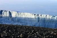 キリマンジャロ山頂の氷河=2011年9月(宇賀神宰司氏提供・共同)