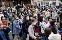 衆院選が公示され、大阪市内で行われた街頭演説に集まった有権者ら=19日午後