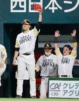 6回、デスパイネが3ランを放ち、喜ぶ千賀(左)らソフトバンクナイン=ペイペイドーム
