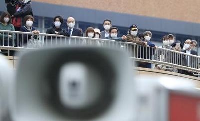 衆院選が公示され、街頭演説を聞く有権者ら=19日午後、仙台市