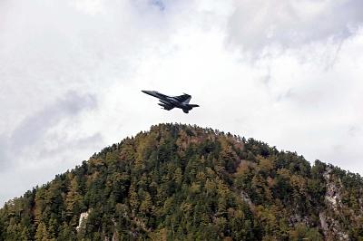 黒部ダム周辺を低空飛行する米海軍のFA18E戦闘攻撃機とみられる機体=16日午前11時ごろ(写真はいずれも安曇野市の男性提供)