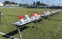 赤白帽などの表面温度を測る実験の様子=7月、東京都小平市(武蔵野美術大の北徹朗教授研究室提供)