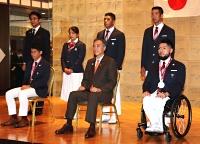 県の表彰式後、阿部守一知事(前列中央)と記念撮影に納まる東京五輪・パラリンピック選手ら