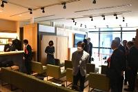 移住や就職の相談の新しいフロアを内覧する関係者=24日、東京・銀座